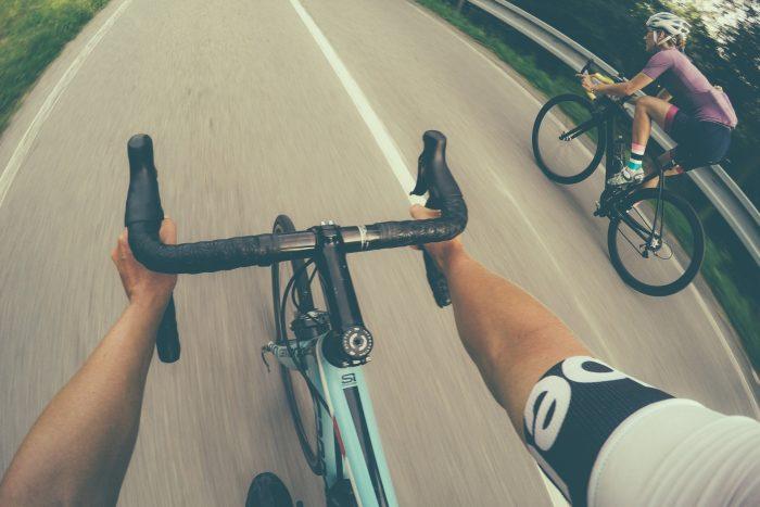 Oderske vrchy. Dwie osoby na rowerach zjeżdżające z góry