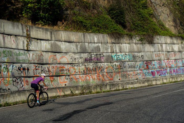 Oderske vrchy. Dziewczyna na rowerze na podjeździe