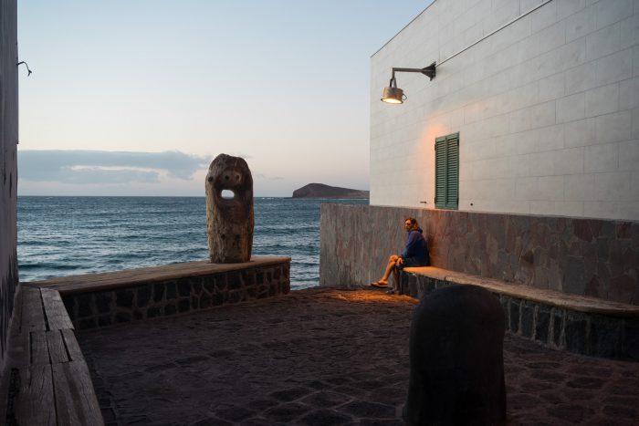 Teneryfa. El Medano. Plaża. Playa. Mężczyzna zamyślony