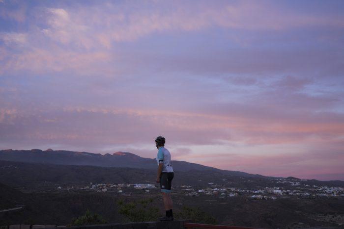 Teneryfa. zachód słońca, kolarz